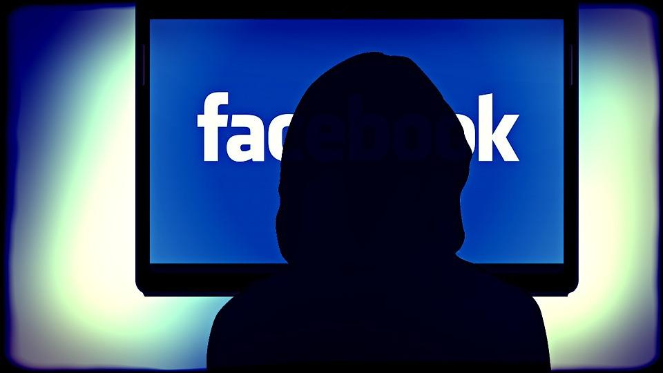 osoba przed facebook